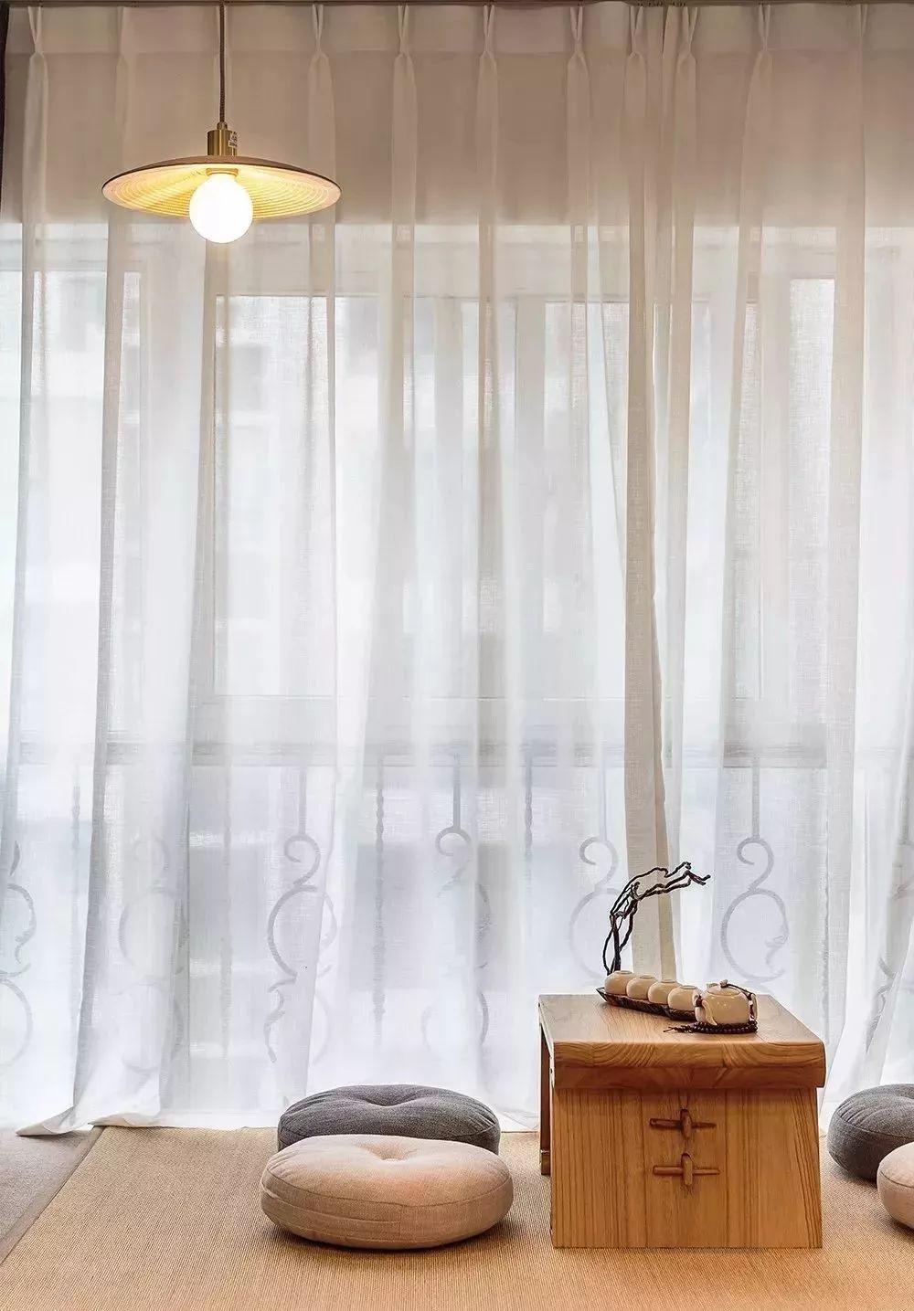 4客厅的阳台还做了木质地台的设计,打造成休闲区,大大的落地窗搭配上白色纱帘遮光,木质小茶几,圆形小蒲团,在这喝喝茶、聊聊天、看看风景,悠闲自在。.jpg
