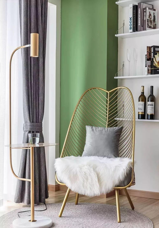 9吧台对面墙上做隔板,摆放上金属单人椅,落地灯和小茶几结合在一起,又是一个小休闲区。.jpg