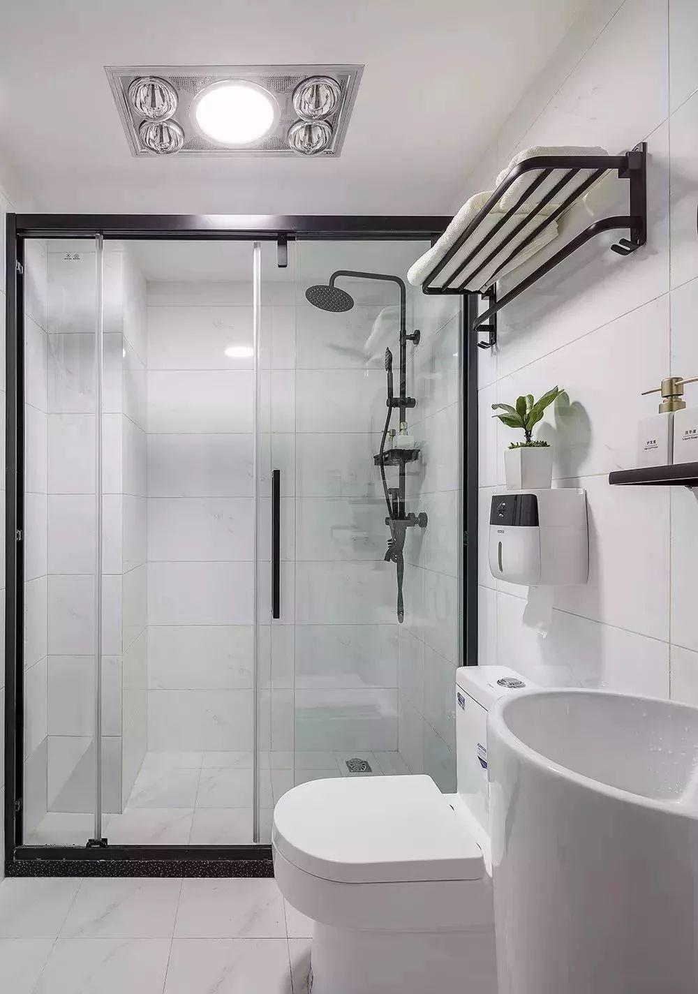 10最后看看卫生间,卫生间在玄关处,里面布置的简单整洁,淋浴区用玻璃隔开,还特意设计成推拉门,马桶上方、洗手台上方、淋浴区都在墙上做了收纳。.jpg